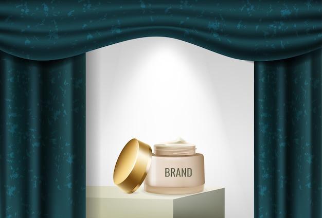 Podium reklamowe produktu z niebieskimi zasłonami i kremem kosmetycznym