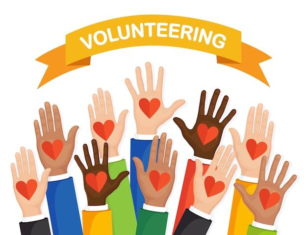 Podniesione ręce z kolorowym sercem. wolontariat, działalność charytatywna, koncepcja oddawania krwi. dziękuję za opiekę. głos tłumu.