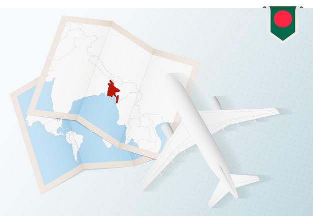 Podróż do bangladeszu, samolot z widokiem z góry z mapą i flagą bangladeszu.