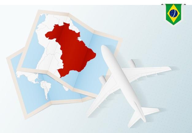 Podróż do brazylii samolotem z widokiem z góry z mapą i flagą brazylii.