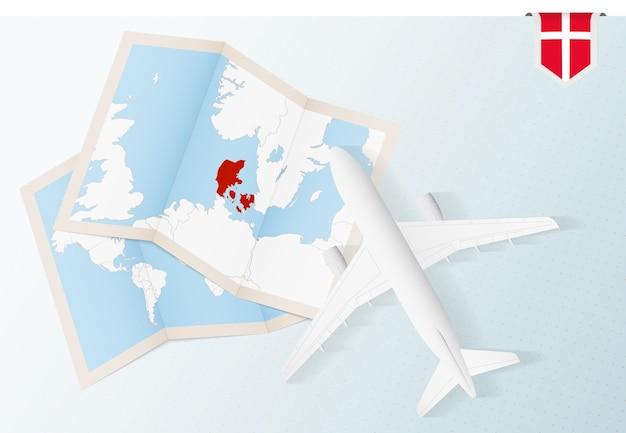 Podróż do danii, samolot z widokiem z góry z mapą i flagą