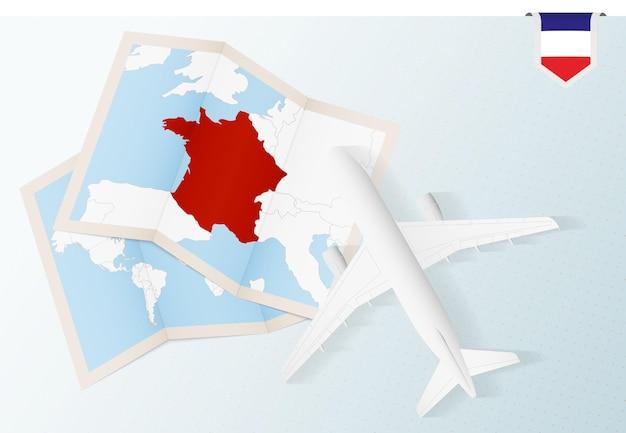 Podróż do francji, samolot z widokiem z góry z mapą i flagą francji.