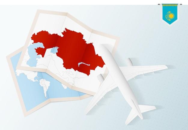 Podróż do kazachstanu, widok z góry samolot z mapą i flagą kazachstanu.