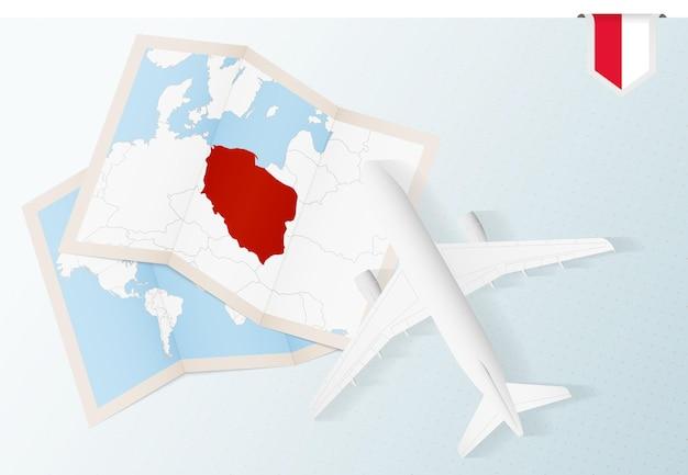 Podróż do polski samolotem z widokiem z góry z mapą i flagą polski.
