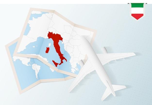 Podróż do włoch, samolot z widokiem z góry z mapą i flagą włoch.