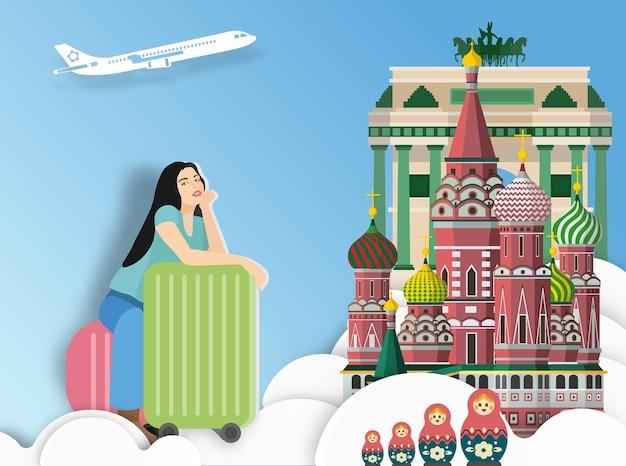 Podróżna kobieta z walizką na moskwa tle