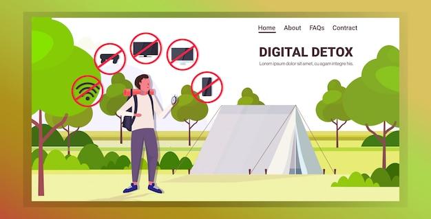 Podróżnik z plecakiem gospodarstwa gadżety kompasu w czerwonym znaki zakazu cyfrowy detoks pojęcie