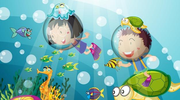 Podwodna scena z nurkowaniem ze szczęśliwymi dziećmi
