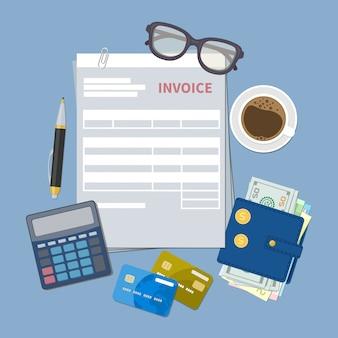 Pojęcie płatności faktury. formularz faktury papierowej. podatek, paragon, rachunek. portfel z pieniędzmi gotówkowymi, złotymi monetami, kartami kredytowymi, kalkulatorem, długopisem, kawą, szklankami. ilustracja w stylu płaski.