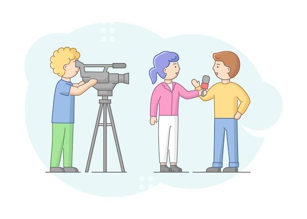 Pojęcie reportażu i wywiadu. dziennikarz przeprowadzający wywiad z mężczyzną. prezenter wiadomości i kamerzysta lub kamerzysta z aparatem.
