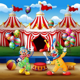 Pokaz kreskówki klauna i występy akrobatów na arenie