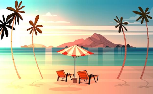 Pokładu krzesła na tropikalnej plaży przy zmierzchu lata nadmorski krajobrazu egzotycznym raju widokiem