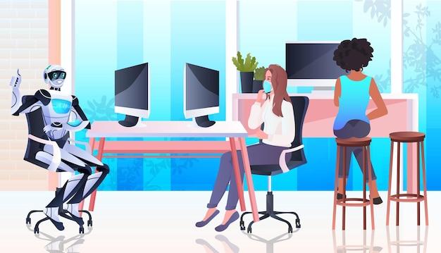 Połącz wyścigowe kobiety biznesu w maskach i robota pracujących razem w kreatywnej koncepcji pracy zespołowej sztucznej inteligencji w otwartej przestrzeni