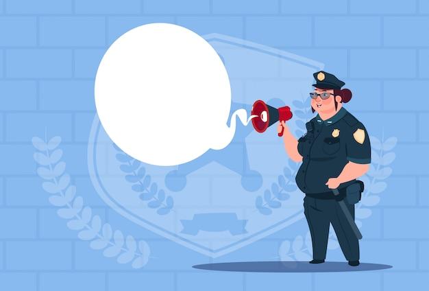 Policja kobieta planowanie działania na pokładzie biały noszenia jednolitego strażnika kobieta na tle niebieskie cegły