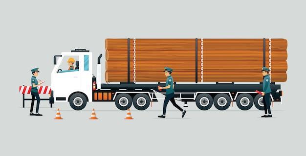 Policja zatrzymała kierowcę nielegalnej ciężarówki do przewozu drewna.