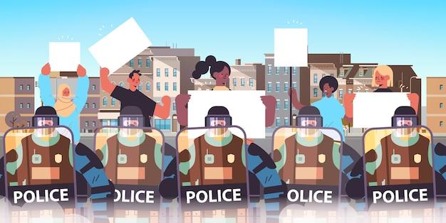 Policjanci w pełnym ekwipunku taktycznym zamieszki funkcjonariusze policji kontrolujący wyścig mieszany demonstranci uliczni z plakatami podczas starć demonstracja protesty zamieszki masowe pejzaż miejski poziomy wektor i