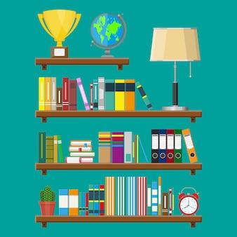 Półka na książki w bibliotece. regał z różnymi książkami.