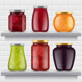 Półki na dżem. owoce marmolady pyszne produkty truskawkowe brzoskwinie morele w szklanym słoiku realistyczne ilustracje dżemu.