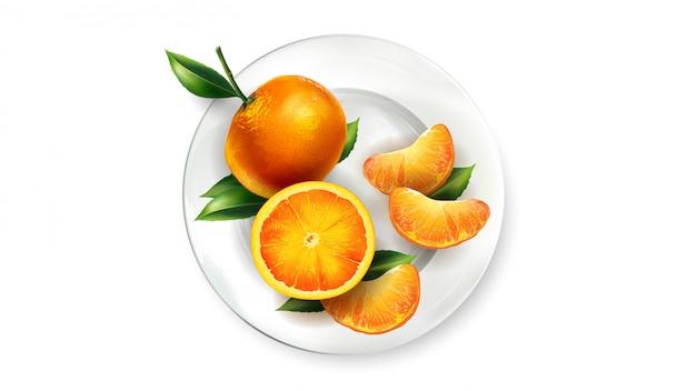 Pomarańczowe mandarynki z liśćmi na białym talerzu