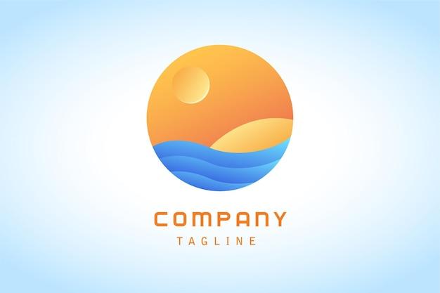 Pomarańczowe słońce z logo naklejek z niebieską falą na plaży