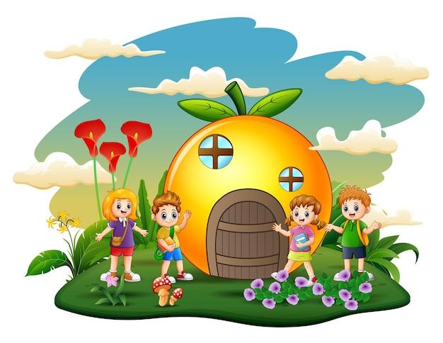 Pomarańczowy dom z stylu cartoon dzieci w szkole