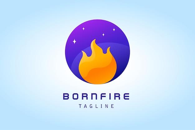Pomarańczowy ogień z logo gradientu galaktyki w fioletowym okręgu