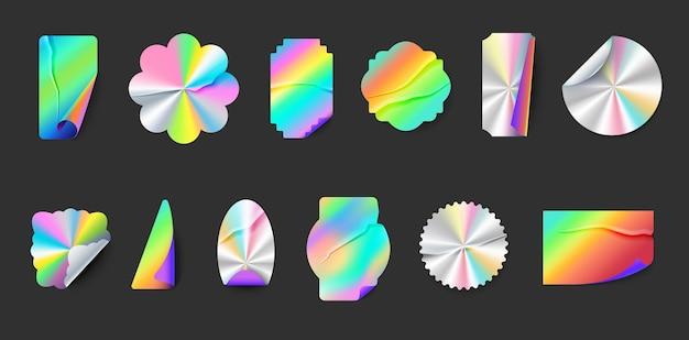 Pomarszczone naklejki z hologramem z zagięciami i odklejonymi krawędziami. kwadratowa, okrągła i gwiaździsta plomba metalowa. neon błyszczący folia godło wektor zestaw. srebrne i tęczowe odznaki o różnym kształcie