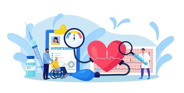 Pomiar wysokiego ciśnienia krwi. tiny doctor consulting niepełnosprawny starszy pacjent z chorobą kardiologiczną. diagnostyka kardiologów i leczenie niedociśnienia i nadciśnienia. badanie lekarskie, kontrolne