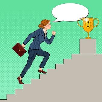 Pop art biznes kobieta chodzenie po schodach do złoty puchar.