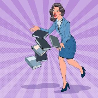 Pop art careless business woman upuszczanie dokumentów folderów