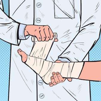 Pop art doctor bandażowanie nogi pacjenta w szpitalu. opieka medyczna