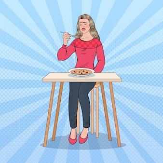 Pop art kobieta degustacja zupy z obrzydliwą twarzą. jedzenie bez smaku.