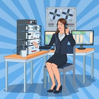 Pop art kobieta podsłuchuje za pomocą słuchawek i rejestratora szpuli. agentka szpiegowska.