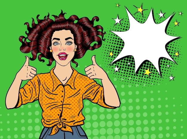 Pop art ładna kobieta pozowanie z kciukiem do góry znak. radosna dziewczyna vintage plakat z komiksową dymek. przypnij baner reklamowy na afisz.