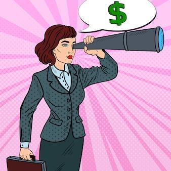Pop art pewna kobieta biznesu, patrząc w spyglass wyszukiwania pieniędzy.