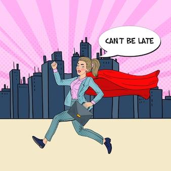 Pop art super business woman z czerwoną peleryną z teczką.