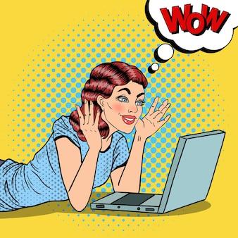 Pop art szczęśliwa piękna kobieta z laptopa w domu