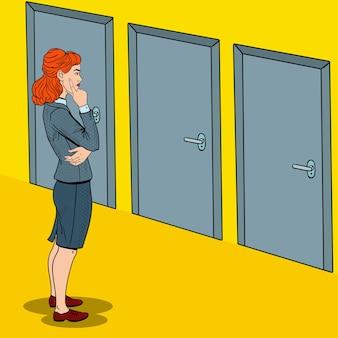 Pop art wątpliwa bizneswoman wybierając właściwe drzwi.