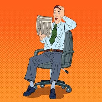 Pop art wstrząśnięty biznesmen czytając gazetę i złapał się za głowę