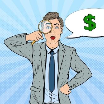 Pop art zdumiony biznesmen z lupą znalazł pieniądze.