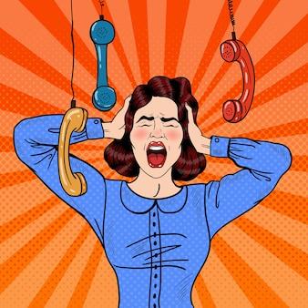 Pop art zły sfrustrowana kobieta krzyczy w pracy biurowej. ilustracja
