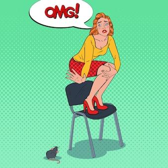 Pop art zmartwiona młoda kobieta przestraszona przez mysz