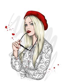 Portret pięknej dziewczyny w modnym berecie i okularach w modzie i odzieży