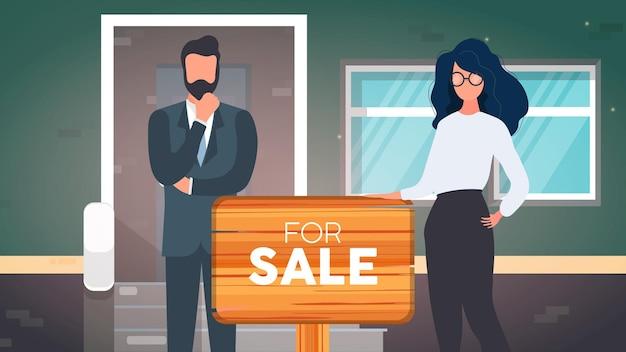 Pośrednicy ze znakiem na sprzedaż. dziewczyna i mężczyzna są pośrednikami w handlu nieruchomościami. koncepcja sprzedaży mieszkań, domów i nieruchomości. wektor.