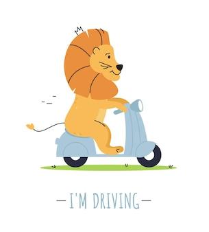 Postać lwa prowadzi motocykl na białym tle.