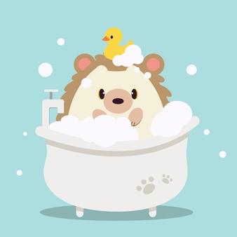 Postać słodkiego jeża kąpiącego się w wannie z bańką. na uroczego jeża mają gumową kaczkę.