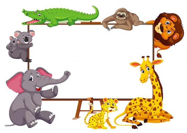 Postać z kreskówki dzikich zwierząt i pusty transparent na białym tle