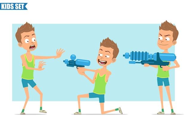 Postać z kreskówki płaski zabawny sport chłopiec w zielonej koszuli i spodenkach. dzieciak zły, przestraszony i strzelający z pistoletu na wodę.