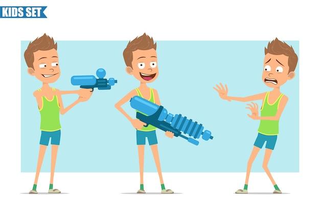 Postać z kreskówki płaski zabawny sport chłopiec w zielonej koszuli i spodenkach. dzieciak zły, przestraszony, strzela z pistoletu na wodę i dużego pistoletu.