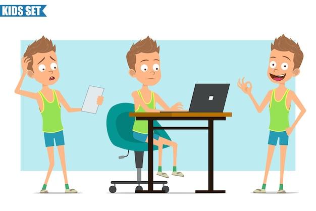 Postać z kreskówki płaski zabawny sport chłopiec w zielonej koszuli i spodenkach. dziecko myśli, pracuje na laptopie i czytając notatkę papieru.
